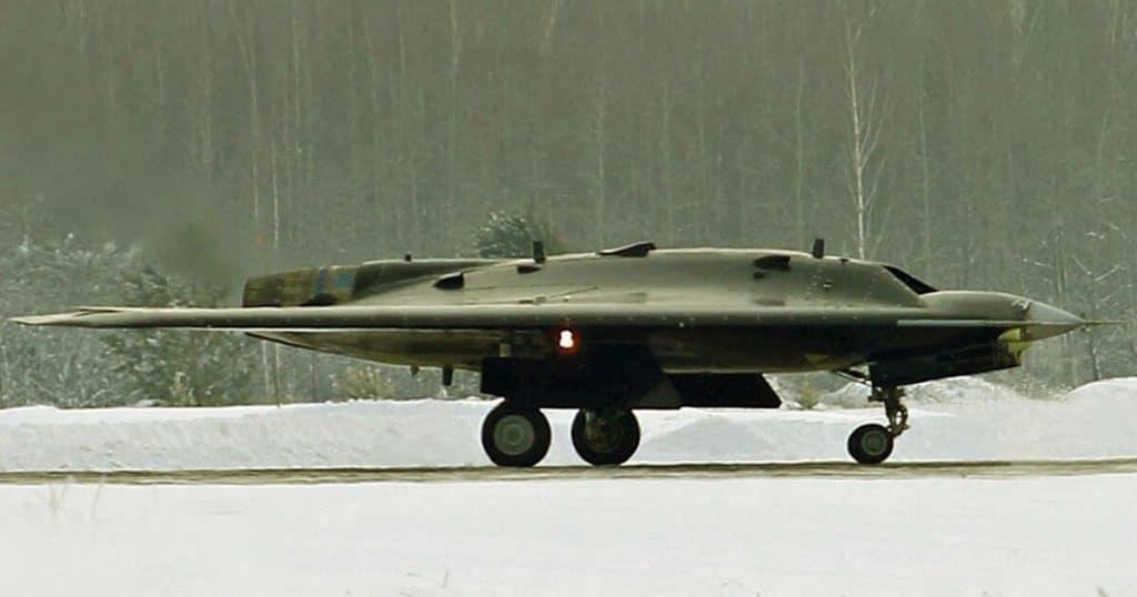 """Start prototypu rosyjskiego drona szturmowego Suchoj S-70 """"Ochotnik"""""""
